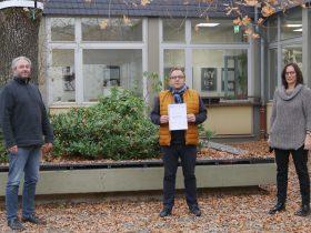 Fachlehrer Joachim Schibisch, Schuldirektor Martin Lautwein und Fachlehrerin Christiane Steidel (v.l.n.r.) freuen sich besonders über die Auszeichnung.